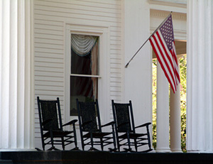 amerikanische Veranda mit Südstaaten Schaukelstuhl