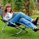 junge Frau entspannt im Garten-Schaukelstuhl groß