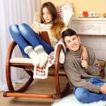 Frau entspannt im Schaukelstuhl mit Freund