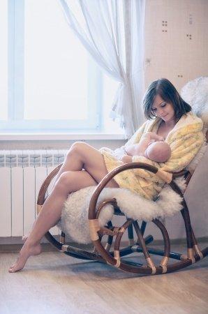 Stillstuhl Stillsessel Mutter stillt entspannt Baby